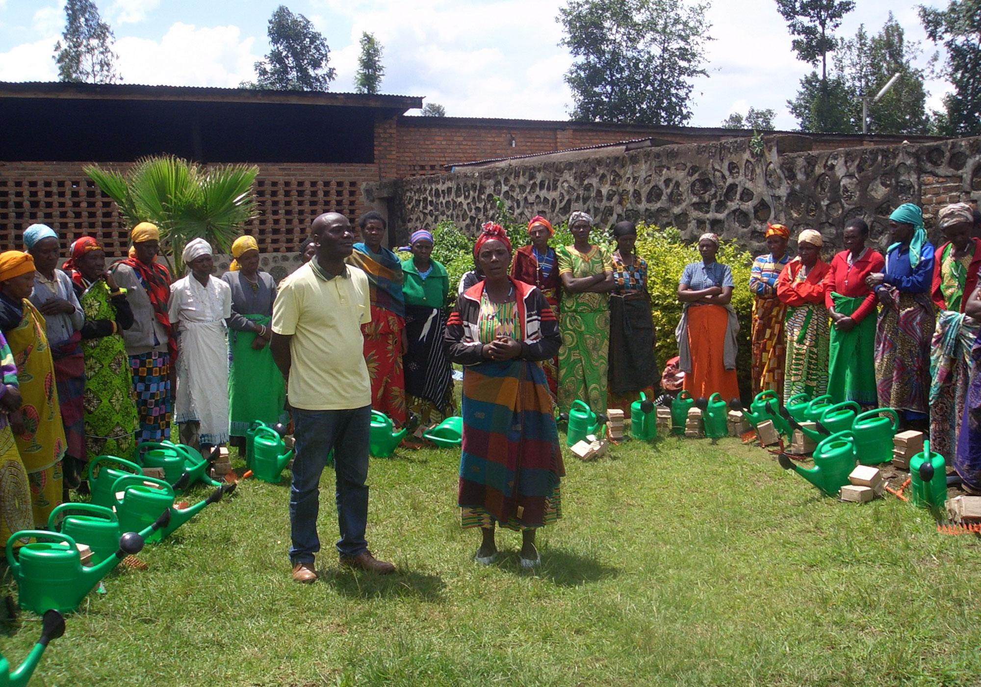 consegna dei kit per coltivare l'orto